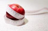 Jabłko owinięte centymetrem