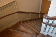 na klatce schodowej